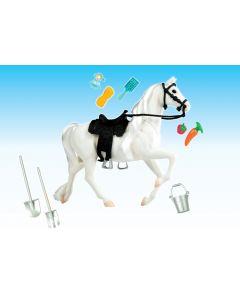 Flott hvit hest med sal og tilbehør